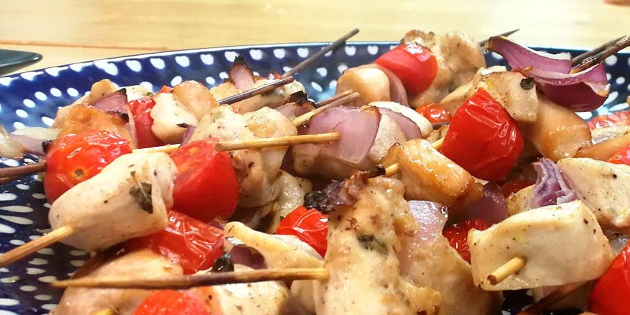 Brochetas de pollo marinado y tomatitos
